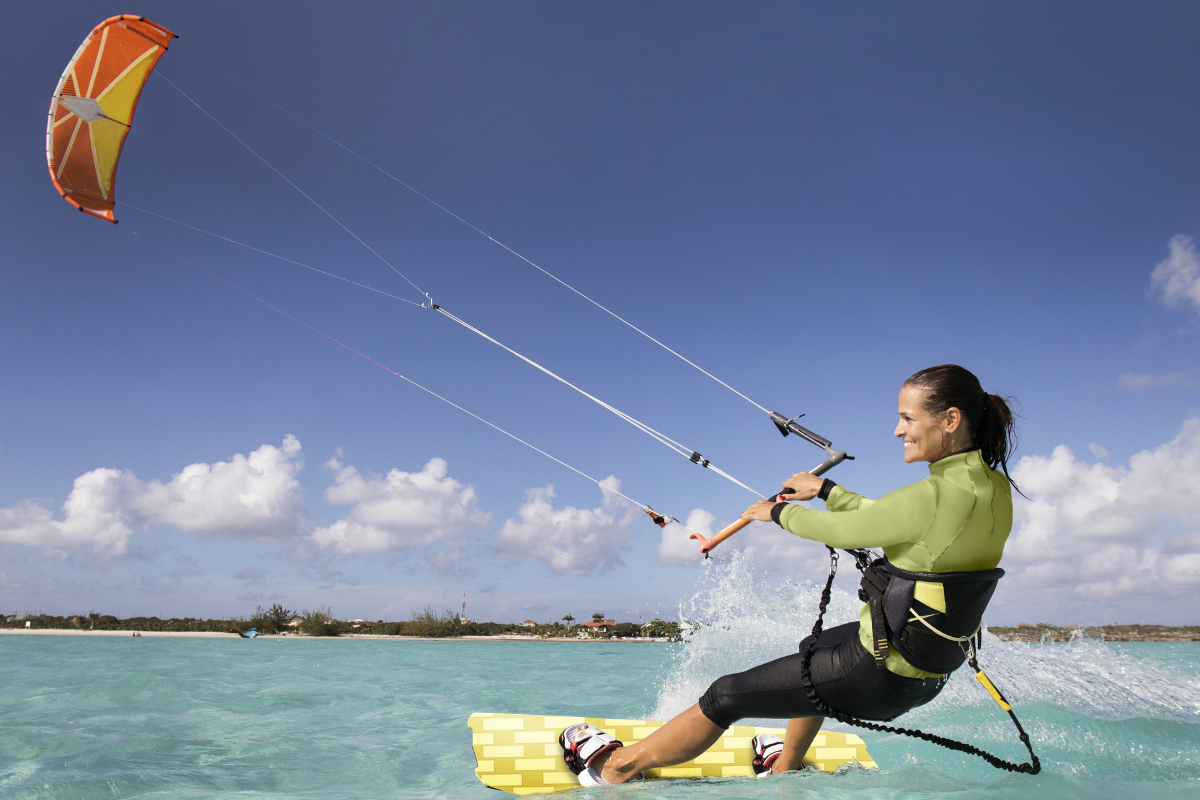 Adrenalina a filo d'acqua: prova il kiteboarding a Long Bay Beach